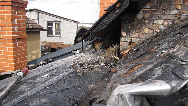 Místo kapající šťávy z uzeného masa se dočkal majitel rodinného domku z Krásných Louček mohutného požáru, který spolykal majetek za sto tisíc korun.