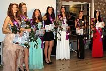 Finálový večer SuperKrásy 2016 představil devět krásek z Česka a Slovenska. Aneta Ivanová z Krnova (třetí zleva, v tyrkysových šatech) se mezi nimi neztratila.
