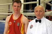 Krnovský boxer Jiří Weiss na Mistrovství ČR v Rakovníku se svým trenérem a šéfem SÚS Boxing Krnov Jaroslavem Morbitzerem.