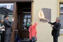 Odhalení pamětní desky Otto Marburgovi na jeho rodném domě se ujali ředitelka a kulturní rada rakouského velvyslanectví Natascha Grilj (vlevo) a starosta Rýmařova Petr Klouda.