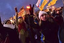 Dokoupilova fotoreportáž z  Ukrajiny často asociuje slavné záběry z počátků Sametové revoluce v Československu.