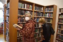 Krnované se letos poprvé vypravili do knihovny. Knihovníci měli radost, že se vrací čtenáři do dětského oddělení i do oddělení pro dospělé.