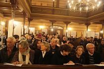 Krnovská synagoga dnes od 19 hodin pořádá pro veřejnost otevřený Kabalat šabat. Ten návštěvníkům ukáže, jaké tradice a obřady jsou spojené s vítáním židovského šabatu neboli svátku šábes.