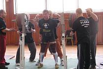 Milan Greguš je stálicí krnovského silového trojboje. Dřep s 265 kg na čince může i zabít. Greguš si jej vychutnal, a to i přesto, že mu nakonec sudí kvůli technické chybě pokus neuznali.