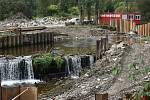 V Kunově, který je součástí Nových Heřminov, byla zahájena výstavba nového jezu na řece Opavě.