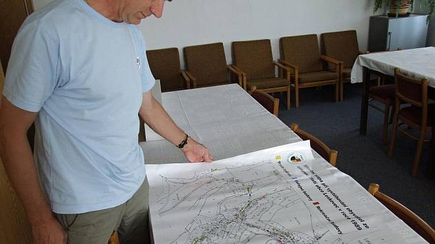 Starosta Leskovce nad Moravicí Soběslav Sedláček nad mapou obce, jak vypadala v roce 1989 ještě před zatopením. Půlku intravilánu ubrala Leskovci přehrada Slezská Harta.