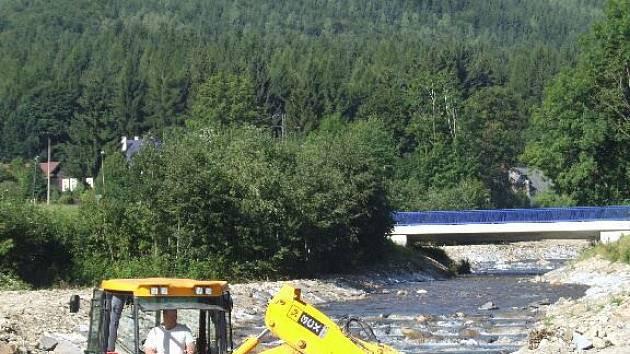 V plném proudu jsou úpravy koryta toku  Střední Opavy ve Vrbně pod Pradědem.