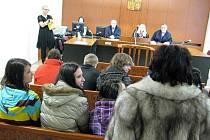 Třídní učitelka Vlasta Gajdíková (vpravo zády) přivedla na soud s recidivistou Ladislavem Lackem mládež z 9. A Základní školy na Okružní ulici v Bruntále.