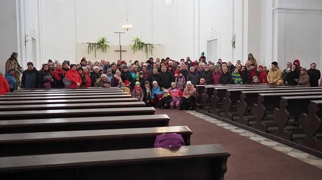 Novoroční výstup na Uhlířský vrch v Bruntále slaví už 29. ročník. Na fotografii je jen část z 590 účastníků.