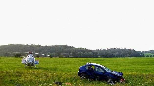 Tři pozemní posádky a vrtulník LZS se zapojili do zásahu vsouvislosti sdopravní nehodou, která se odehrála vsobotních večerních hodinách u obce Třemešná na Bruntálsku.