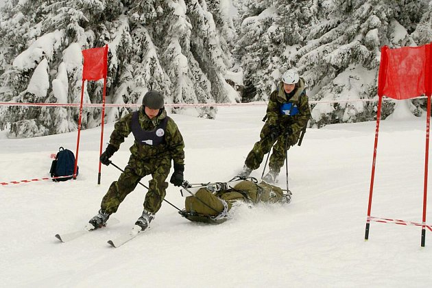 V první etapě závodu Winter Survival byl jedním ze soutěžních úkolů transport zraněného kamaráda do bezpečí.