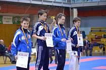 Bruntálští karatisté si vedli v prvním kole národního poháru v karate velmi dobře. Na stupních vítězů úspěšní dorostenci Kučera vlevo a Dvořák vpravo.