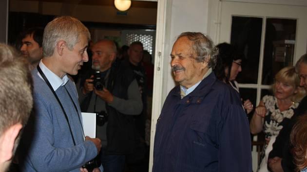 Tomáš Vocelka (vlevo) na vernisáži své výstavy v Krnově poděkoval krnovskému fotografovi Gustavu Aulehlovi (vpravo), který byl pro něj velkým vzorem a učitelem kompozice.
