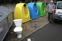 Klozetovou mísu našel ráno přímo před svým vchodem na krnovském sídlišti SPC Rudolf Gűrtler. Záchod v těchto místech hned našel nové využití. Uplatnil se jako vítaný pomocník bezdomovců při vybírání kontejnerů.