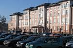 Přestože parkoviště u nemocnice nedávno zdvojnásobilo svou kapacitu, stále bývá přeplněné. Zástupci nemocnice navrhují zavést zde placené parkování, radní jsou proti.