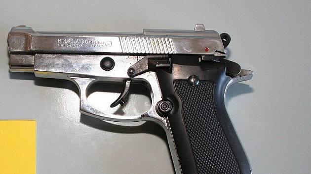 Střelnou zbraní ohrožoval lupič několik prodavaček. Policisté všechny členy gangu dopadli a po zásluze obvinili.