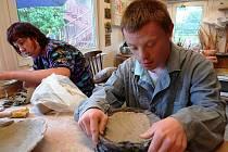 Zdatnými keramiky jsou lidé s mentálním znevýhodněním z dílen Sagapo.
