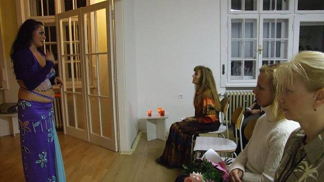 Tanečnice Afra představila ve Flemmichově vile nejrůznější podoby orientálního tance, ale nejvíc se zaměřila na břišní tanec. Ona i její žákyně si tanec užívaly v pestrobarevných kostýmech s cingrlátky, aby ladný pohyb provázelo cinkání penízků na šátku.