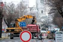 DOPRAVA v krnovských ulicích je komplikovanější, buduje se zde nová kanalizace.