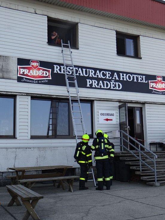 Šest jednotek hasičů se zapojilo v pondělí odpoledne do prověřovacího cvičení na nejvyšší hoře Jeseníků - Pradědu.
