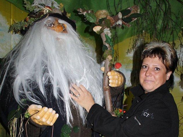 Melyna Ciosová s postavou děda Praděda, vládce jesenických hor, v janovickém zámku.
