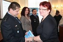 Roman Boček (vlevo). Ředitelství udělilo i dvě nová ocenění. Nejlepším manažerem je Martina Rošková (druhá zleva) a nejlepším zástupcem oddělení Jaromír Hošek (třetí zleva). Vpravo na snímku místostarostka Krnova Alena Krušinová.