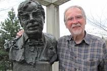 Děda a vnuk, podoba je nesporná. Vlevo busta Leopolda Bauera, vpravo jeho vnuk Sebastian W. Bauer. Přijel do Krnova ze Švýcarska prohlédnout si dílo svého slavného předka.