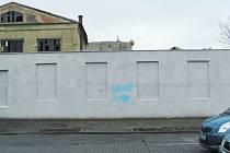 Plocha pro legální graffitti je v Krnově k dispozici už dva týdny, ale zatím je stále téměř celá panensky bílá. Adrenalinové nelegální vandalské sprejování zřejmě táhne daleko víc.