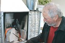 Pec nenechá Karel Kostka vyhasnout. Teplotu uvnitř pece udržuje prostřednictvím šamotového krytu.
