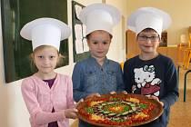 Zeleninová Mandala vytvořená šikovnými ručičkami nejlepších kamarádek Agátky Zatloukalové, Nely Světničkové a Bětky Blažkové (zleva).