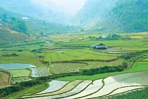 Krajina, kterou Michaela projíždí na motorce, je řídce obydlená. Vesnice jsou vzdálené i několik desítek kilometrů.