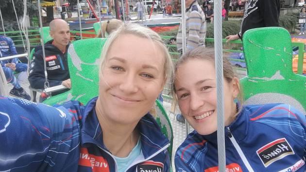 Veronika Zvařičová (vlevo) byla v sobotním sprintu druhá. Pokořila ji pouze Veronika Vítková, která je s ní na snímku.