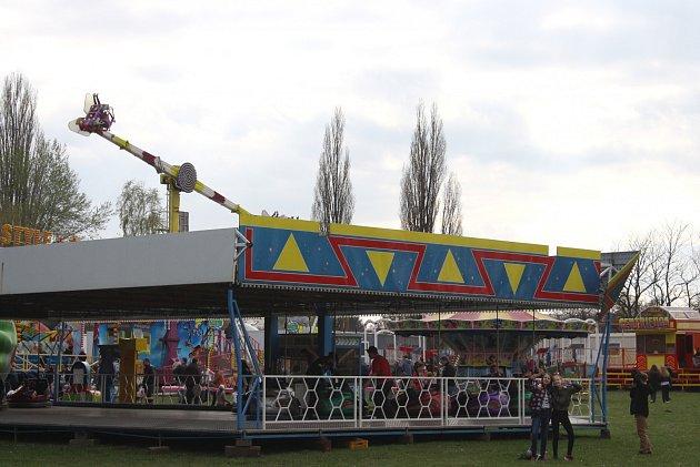 Lunapark ukrnovských lázní nabízí zábavu dětem idospělým. Současně ale výskot dětí a hlučné disko vadí bezdomovcům, kteří si tuto lokalitu oblíbili.