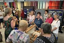 Lidé z bruntálské pobočky SONS navštívili textilku Hedva.
