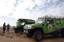 Czech Dakar Team drží po první etapě ElChott rallye v tuniské poušti čtvrtou pozici, zelené Tatře i jejímu doprovodu se zatím závady vyhnuly.