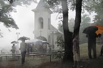 """Česko-Polská pouť v rusínské kapli měla být obzvlášť slavnostní. """"Hned v úvodu bohoslužby ale přišel takový slejvák, že na letošní pouť hned tak nezapomeneme,"""" uvedla Dagmar Návratová."""