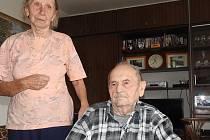 Jiřina a Břetislav Krejčí se vzali před sedmdesáti lety. Mají šťastné manželství. Stále se zajímají o dění ve svém okolí.