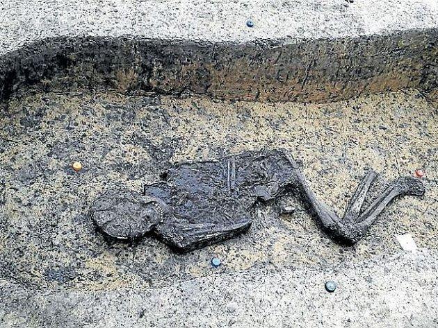 Archeologové prozatím mají vypreparováno 15 koster. Brzy  budou odkryty také poslední tři hroby.