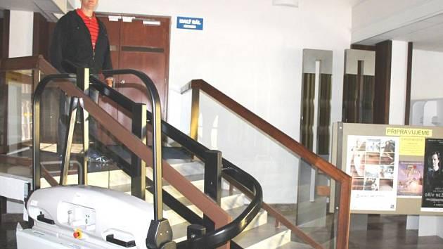 Malý sál bruntálského kina mohou navštěvovat také vozíčkáři, kterým slouží speciální plošina, ukázal provozovatel Petr Jüttner. Sál prošel digitalizací.