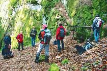 Účastníci akce Klubu Za starý Bruntál se při svém výletu do Malé Morávky podívali na místa, kde se ve středověku těžily kovy.