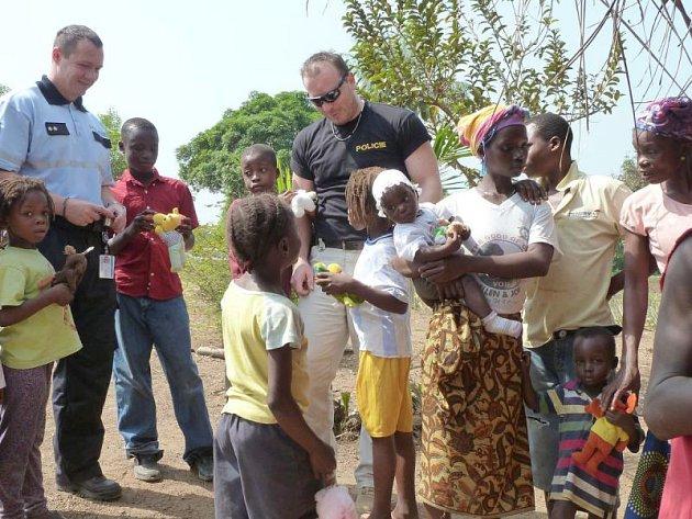 Marcel Koláček (v černých brýlích) pochází z Jindřichova, ale v současnosti působí v mezinárodní misi OSN v Liberii. Společně s dalšími českými policisty pomáhají této zemi vypořádat se s následky občanských válek.