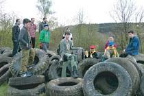 Skauti z Krnovské Trojky se zapojili do celorepublikové akce Ukliďme svět, ukliďme Česko. Uklidili Ježník a Kabátův kopec, na kterém byla černá skládka kolem 200 pneumatik.