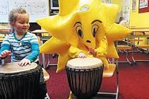 Sluníčko v albrechtické škole existuje nejen na obrázku. Přesvědčily se o tom předškoláci, které v hudební učebně tento školní maskot učil hrát na bubny.