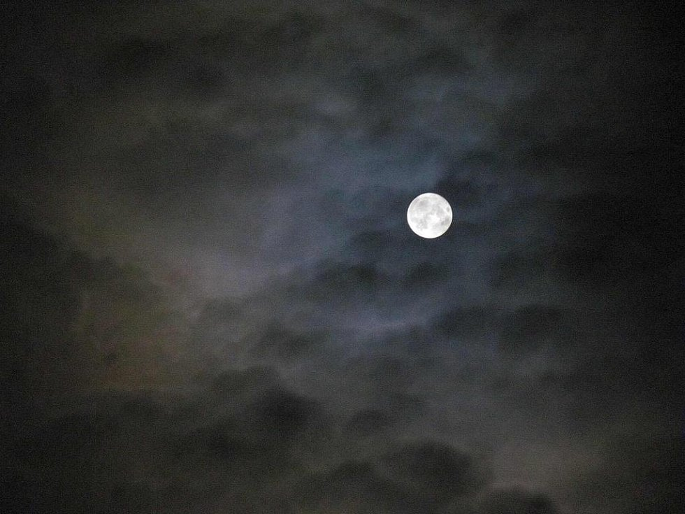 Měsíc na nočním nebi nad krnovskou poliklinikou.