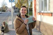 Mladí lidé jdou k volbám s úsměvem. Výběr správného volebního lístku si žádal soustředění.