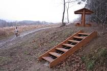 Lesníci se zde kromě běžné činnosti věnují také budování rekreačních prvků - odpočívadel, informačních tabulí či dětských hřišť.