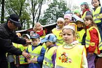 Bruntálští strážníci Jiří Dembovský a Jaroslav Kolek vybavili děti z předškolky na Mahenově ulici v Bruntál reflexními vestami s pohádkovými motivy.