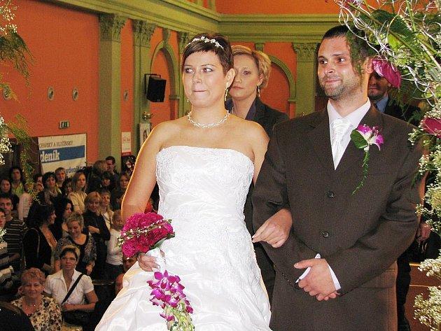 Petra a Martin Hejskovi z Úvalna měli při své druhé společné svatbě tu výhodu, že nemuseli měnit příjmení. Občanské průkazy měnit musí, z rozvedené a rozvedeného se stali zase vdanou a ženatým.