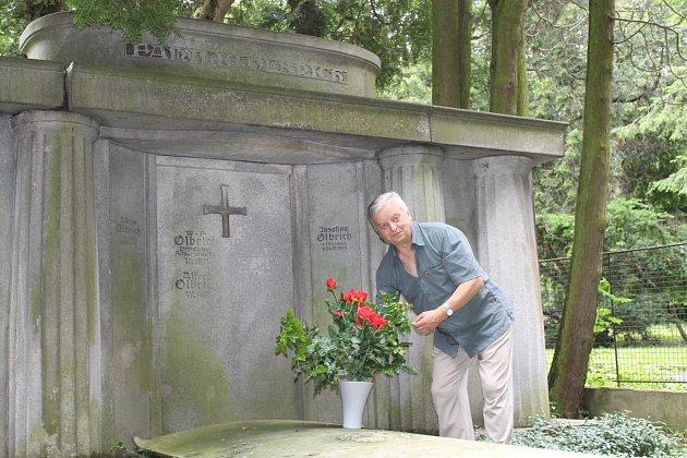 Olbrichova hrobka. Předseda Klubu za starý Bruntál Pavel Rapušák u hrobu bývalého starosty.