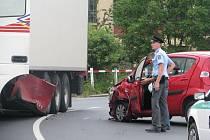 Dopravní nehoda na nadjezdu v Krnově zablokovala hlavní tah.